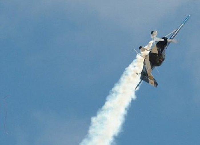 Пилот самолета, развалившегося в воздухе, чудом уцелел (6 фото)