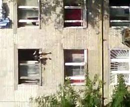 Пьяная женщина выбросилась из окна