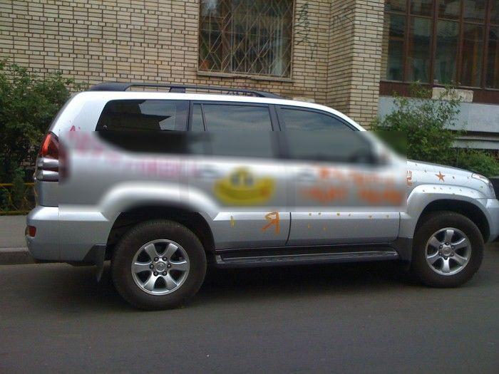 Ребенок разрисовал папину машину (2 фото)