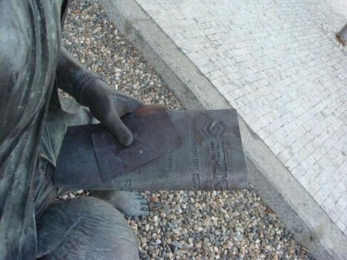 Чему этот памятник? (4 фото)
