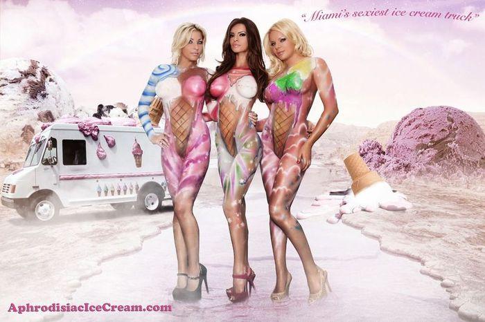 Обнаженные девушки угощают жителей Майями мороженым (13 фото)