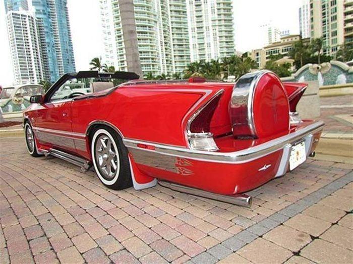 Ярко-красный и ужасный Chrysler LeBaron Convertible (37 фото)