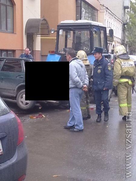 В центре Саратова дорожники распилили автомобиль (3 фото)