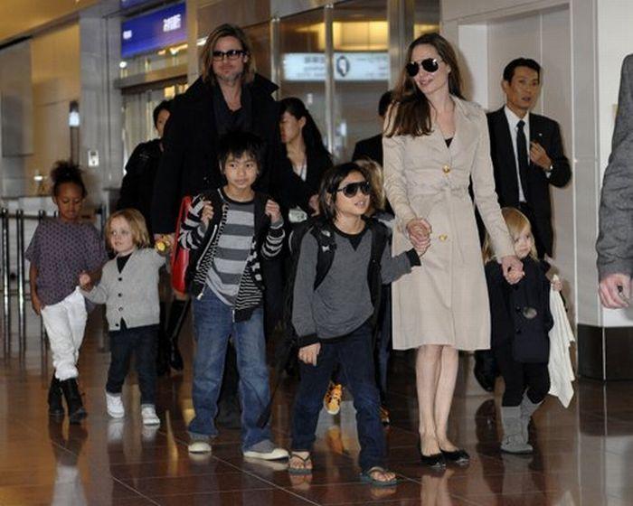 Анджелина Джоли и Бред Питт с детьми в аэропорту Токио (6 Фото)