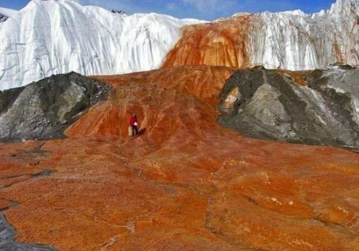 В Антарктиде есть Кровавый водопад (5 фото)