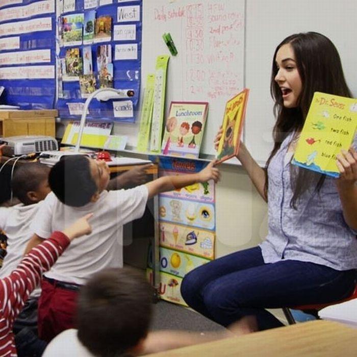 Саша Грей читает книжки детям (10 фото)