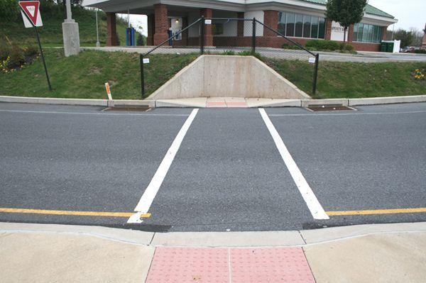 Как оборудуют пешеходные переходы в США (2 фото)