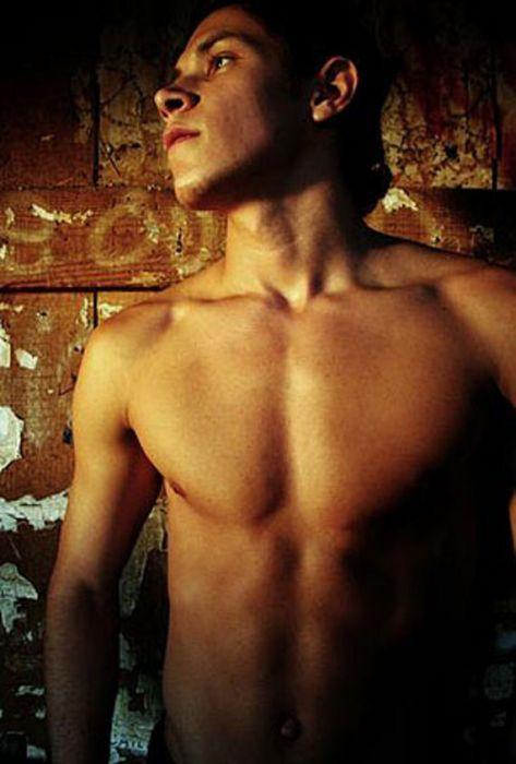 Юноша стройный грудь гей