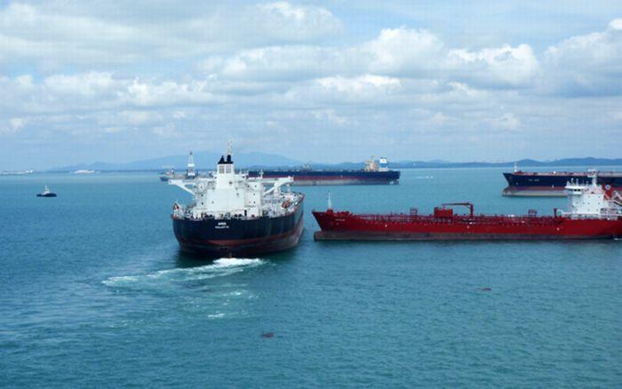 В Сингапуре два танкера разошлись буквально в сантиметрах (4 фото)