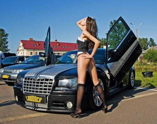Небольшая подборка красивых девушек и авто (12 фото)