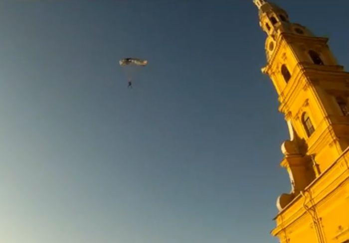 Прыжок парашютиста с Петропавловки в Петербурге (видео)