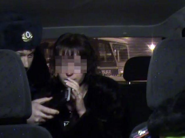 Подвыпившая девушка-водитель чуть не оставила инспекторов ДПС без глаз (видео)