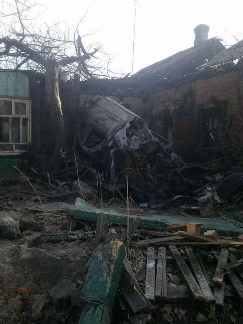 Пьяный парень на Мерседесе уничтожил дом двух семей (4 фото)