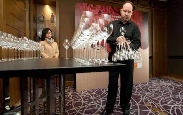 Учимся удерживать бокалы у мирового эксперта по винам (6 фото)