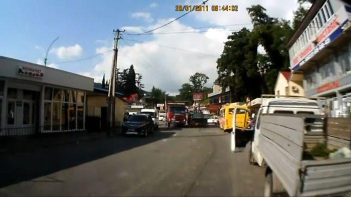 Грузовик задавил маму с ребенком (2 видео)