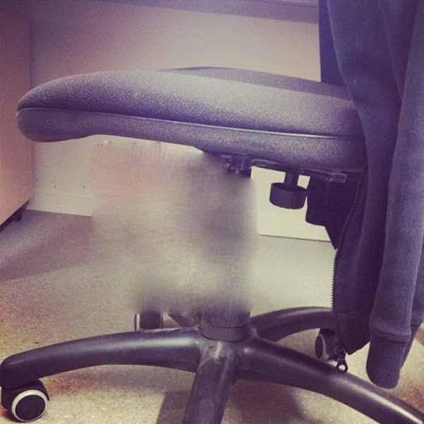 Прикол из офиса (2 фото)