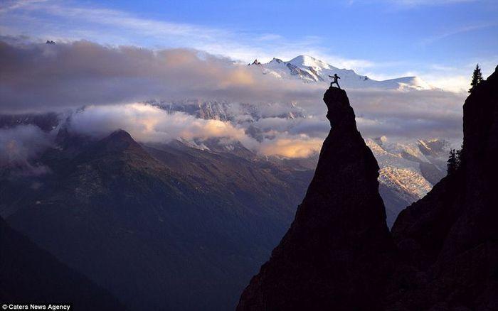 Занятие йогой на вершине горы (5 фото)