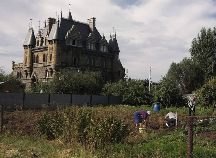 Российский замок (2 фото)