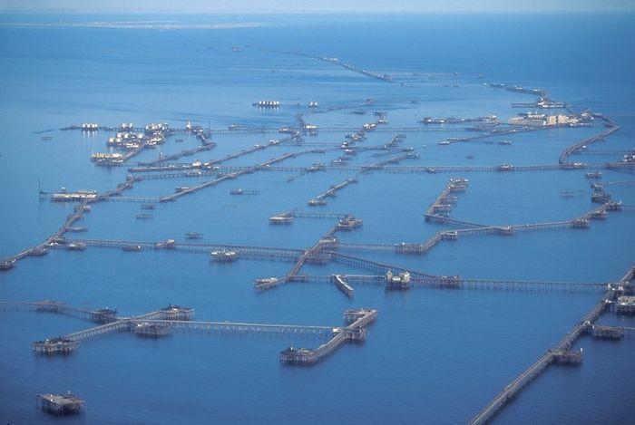 Километры нефтяных платформ (9 фото)