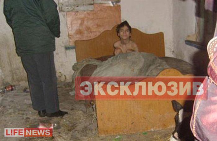 Родители заперли инвалида в сарае (3 фото)