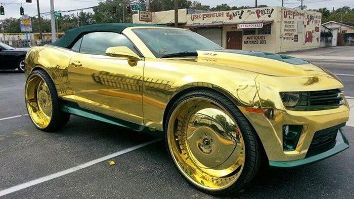 Золотой Chevrolet Camaro ZL1 (2 фото)