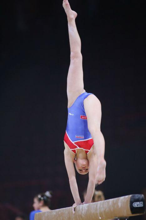 фото гимнастка под юбки