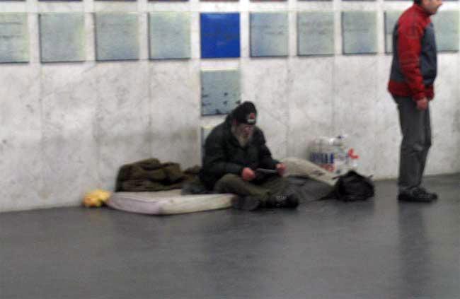 Все еще подаете нищим в метро? (5 фото)