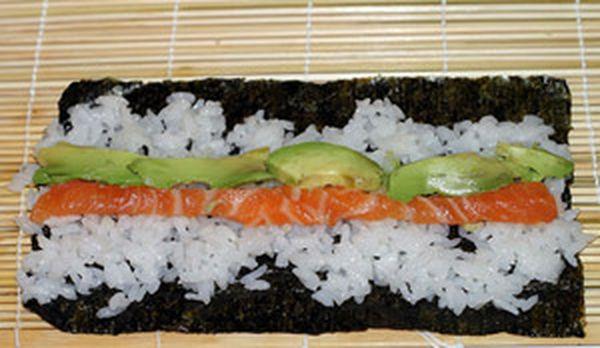 1. Тонкие роллы (хосо-маки). Тонкие роллы, диаметром около 2,5 см, обычно содержат только один компонент. Для их изготовления вам понадобиться половина листа водоросли (сложите лист пополам и разрежьте ножницами). Из этой половинки получится 6 кусочков суши.