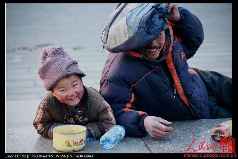 Мальчишка-попрошайка из Китая (14 фото)