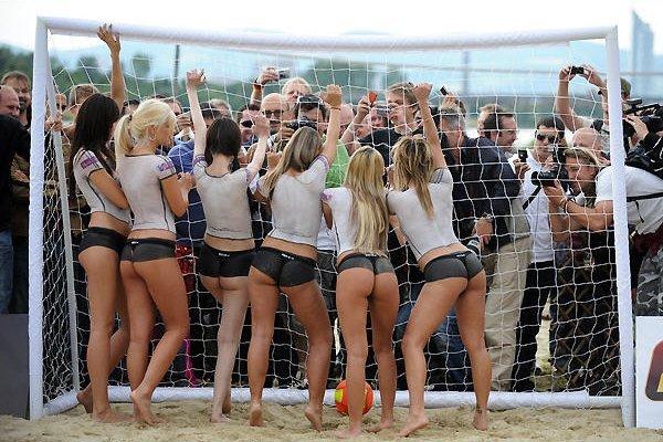 Чемпионат по футболу топлесс (21 фото)