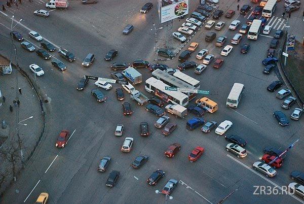 Шаг третий. Теперь поток по ул. Плехановской не успел проехать на свой зеленый и в него уперлись машины с ул. Кольцовской:  Машины пытаются объехать стоящую посередине тройку автобусов и движение останавливается.