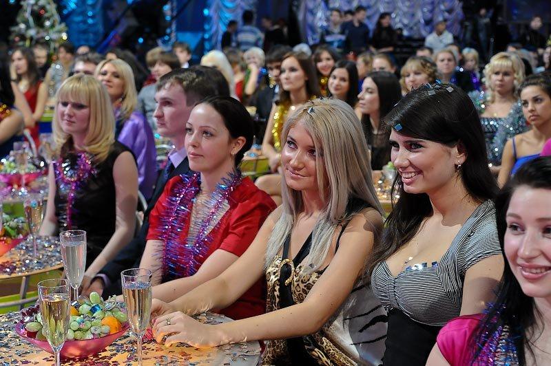 Меня мучили всего два вопроса: кто эти сидящие в зале люди и что они пьют.