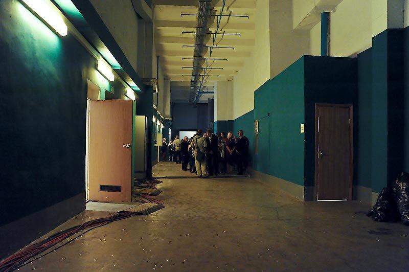 А в это время в холодном коридоре