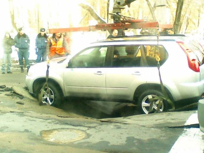 В Хабаровске Ниссан провалился под землю (4 фото + видео)