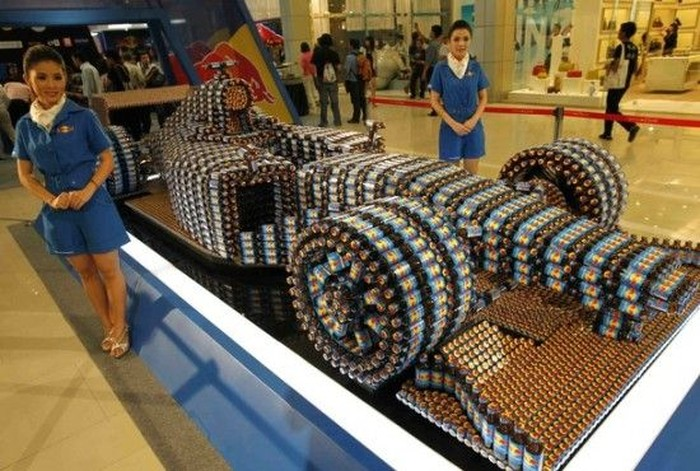 Точная копия Формулы один сделанная из бутылок Red Bull (3 фото)
