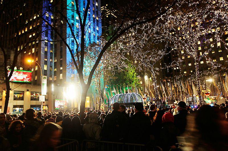 2. Чтобы понаблюдать за церемонией открытия рождественской ели на нью-йоркской Рокфеллер-плаза собрались десятки тысяч людей. Множество американцев наблюдали за праздничным действом по телевизору - зажжение огней на главной елке США традиционно транслирую по главным телеканалам Америки с 1951 года.
