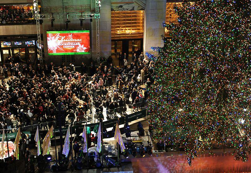 8. Впервые официальную церемонию зажжения новогодней елки транслировали по американскому телеканалу NBC в 1951 году. В этой праздничной церемонии приняла участие Кэтти Смит Шоу. С этого момента повелась традиция приглашать на зажжение рождественской елки известных деятелей.