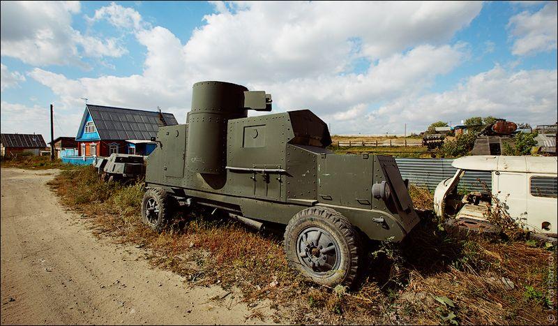 Все танки деревенского умельца ничем внешне не отличаются от настоящих, вот только оружие на них стоит не боевое.