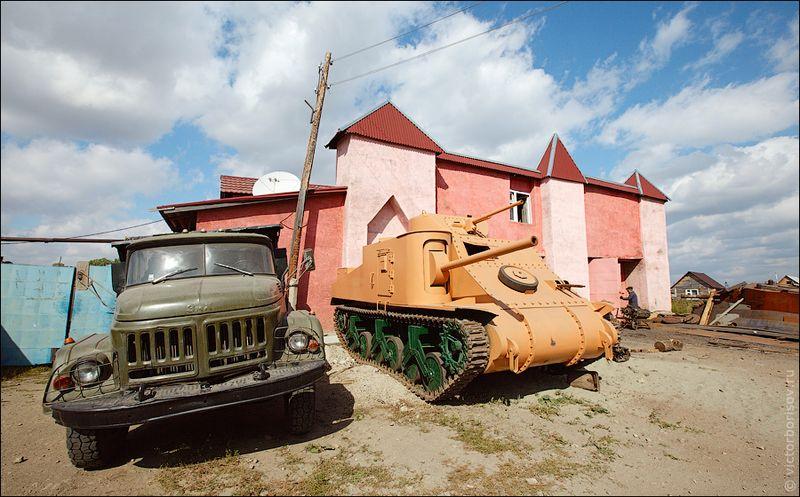 Двор у Вячеслава Веревочкина похож на музей военной техники: тут стоит отечественная 75-миллиметровая пушка, миномет, фашистский автомобиль «Кюгельваген». Все идентичное заводским образцам, до последней заклепки.