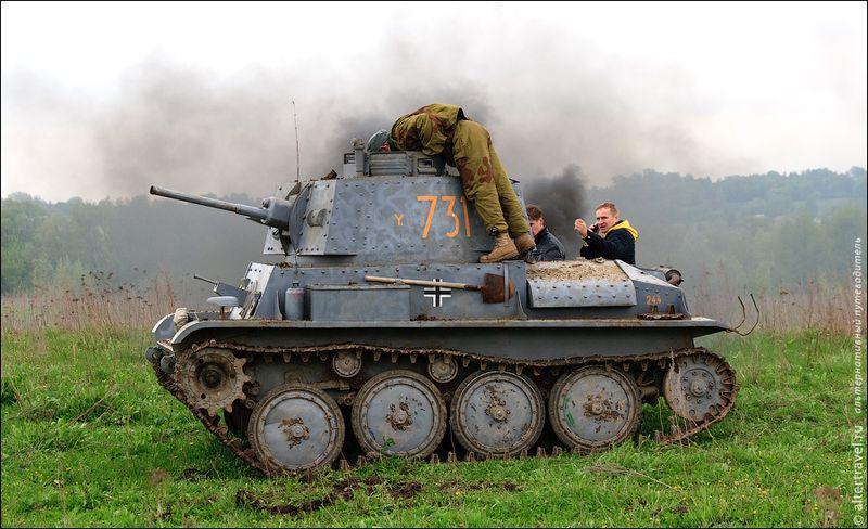 Также его танки используют для реконструкции военных действий. Например, в мае прошлого года одна такая реконструкция проходила под Ступино, рядом с Белопесоцким монастырем. Это — чешский танк «Прага» Pz-38.