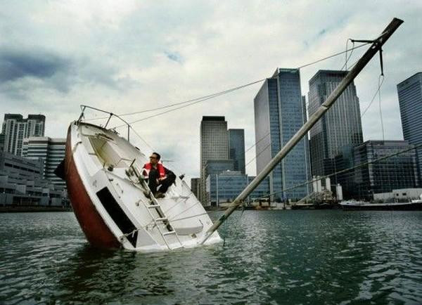 Французский дизайнер проплыл вокруг света на тонущей лодке (6 фото)