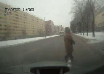 Бабка переходит дорогу, не глядя по сторонам!