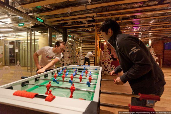 Сотрудники могут играть в любое время, рабочий день не нормирован.