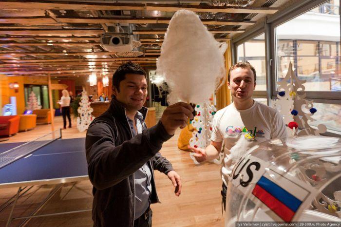 После партии в настольный футбол можно взять сахарную вату и пойти работать.