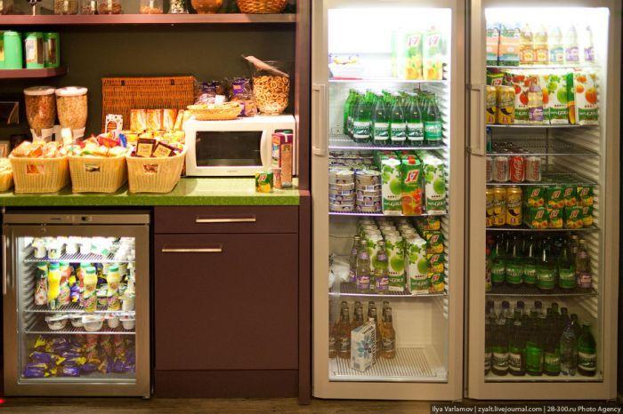 Офис работает круглосуточно, вся еда бесплатно. В холодильнике есть даже пиво. На алкоголь запретов нет, можно прямо с утра сидеть и квасить в баре, но никто так не делает.