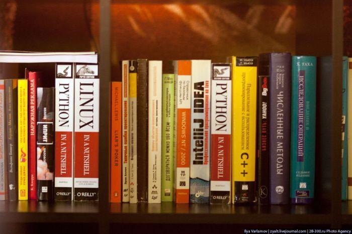 А вот такие книги читают сотрудники в библиотеке.