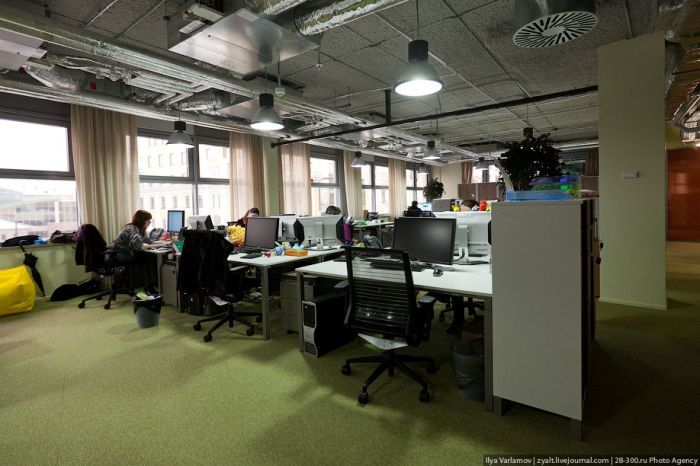 Сейчас в московском офисе работает около 100 сотрудников.