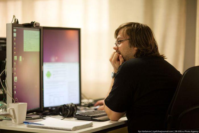 Еще каждый сотрудник может сам выбирать для себя технику на которой он хочет работать. Кто-то работает на ноутбуке, кому-то нужно 2 или 3 монитора.