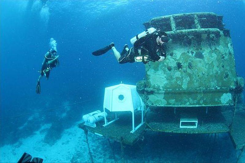 На этом снимке, сделанном 15 ноября 2010 года, подводники приближаются к подводной лаборатории Водолей. Лаборатория представляет собой металлическую конструкцию, надежно прикрепленную к морскому дну рядом с большим коралловым рифом, расположенным в нескольких километрах от острова Ки-Ларго у берегов Флориды.
