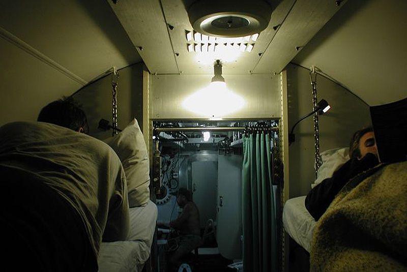 Ученые работают в лаборатории «вахтами» по 10 дней, в течение которых они живут, едят, спят в помещении размером со школьный автобус. В «Водолее» всего шесть коек и один душ. Со внешним миром обитателей лаборатории связывает беспроводная связь, кроме того, тут есть телефон и компьютеры.